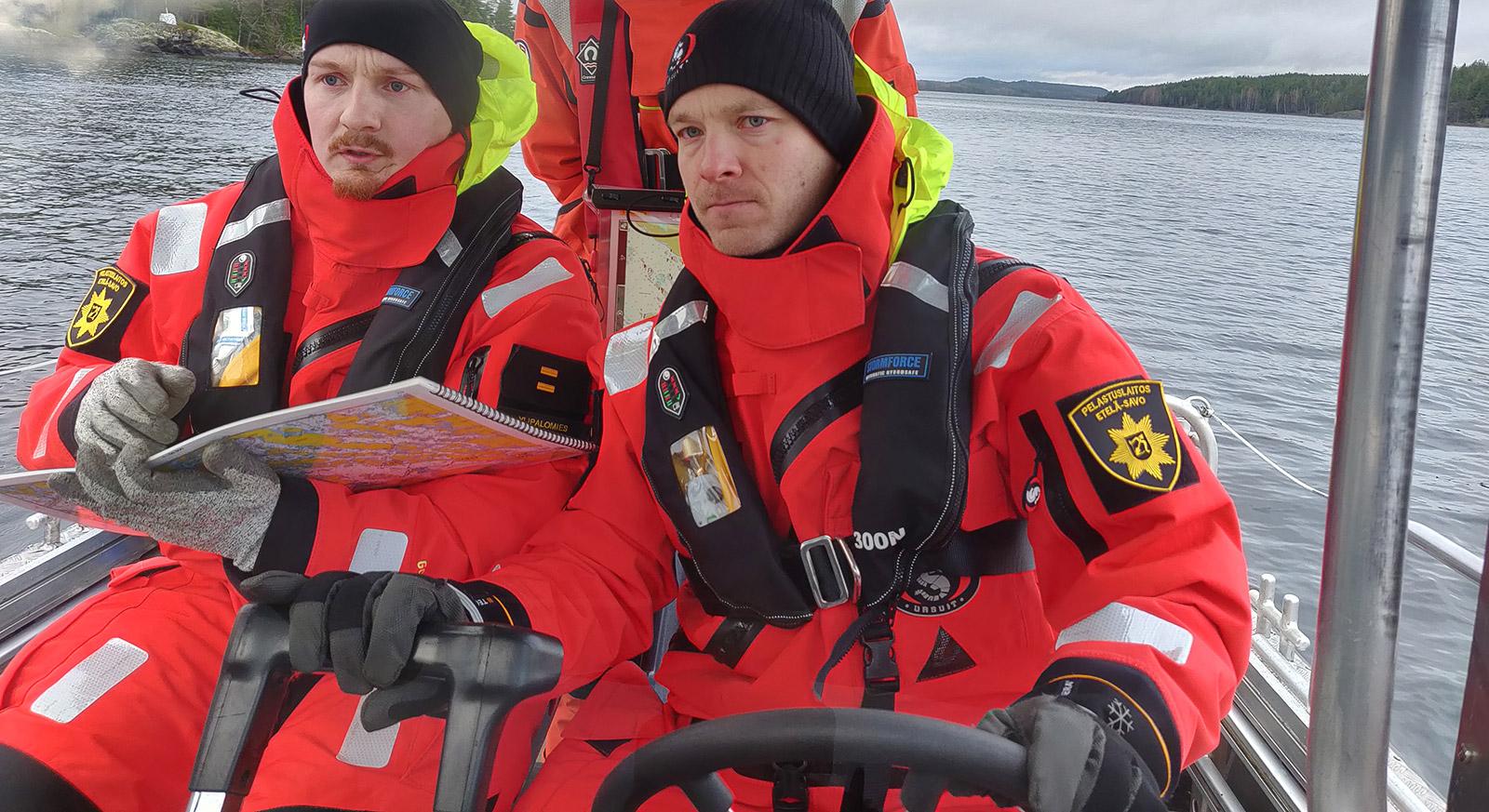 Koulutuksen kohderyhmänä ovat ne palomiehet ja sopimuspalokuntalaiset, joilla ei ole aiempaa venetoiminnan koulutusta. Tavoitteena ovat turvalliset ja tehokkaat perustoimintamallit alustyöskentelyyn. Ohjaamotyöskentelyä harjoittelemassa ylipalomiehet Antti Aholin (vas.) ja Iivari Valkonen.