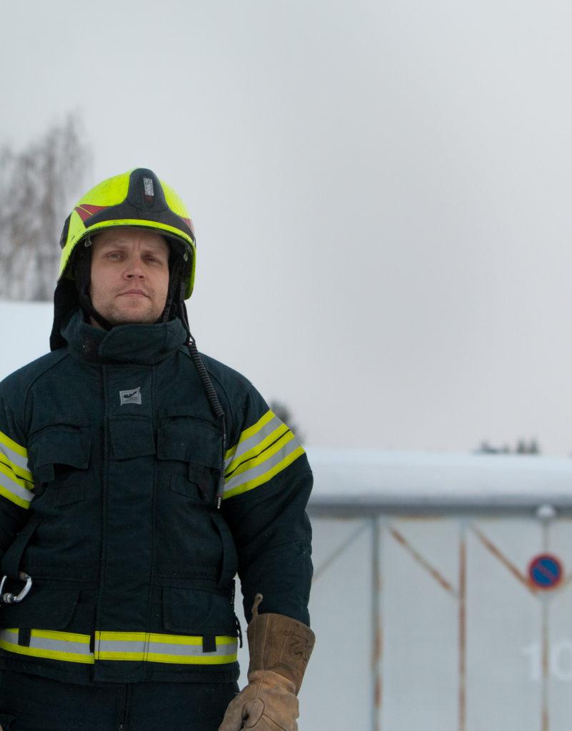 Vegaani palomies Sami Lillsunde seisoo sammutusasussa aseman pihalla.