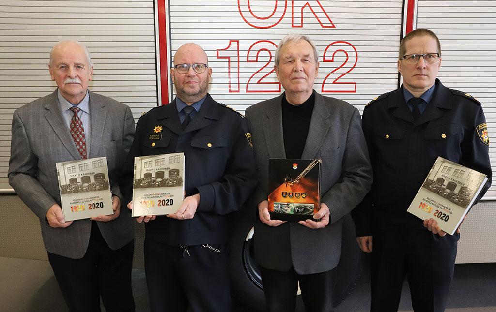 Historiateoksen toimittaja  on Martti Kähkönen (kolmas vasemmalta). Toimituskuntaan kuuluivat palopäällikkö evp. Jouni Kreus (vas.), pelastusjohtaja Petteri Helisten ja pelastuspäällikkö Mika Haverinen.