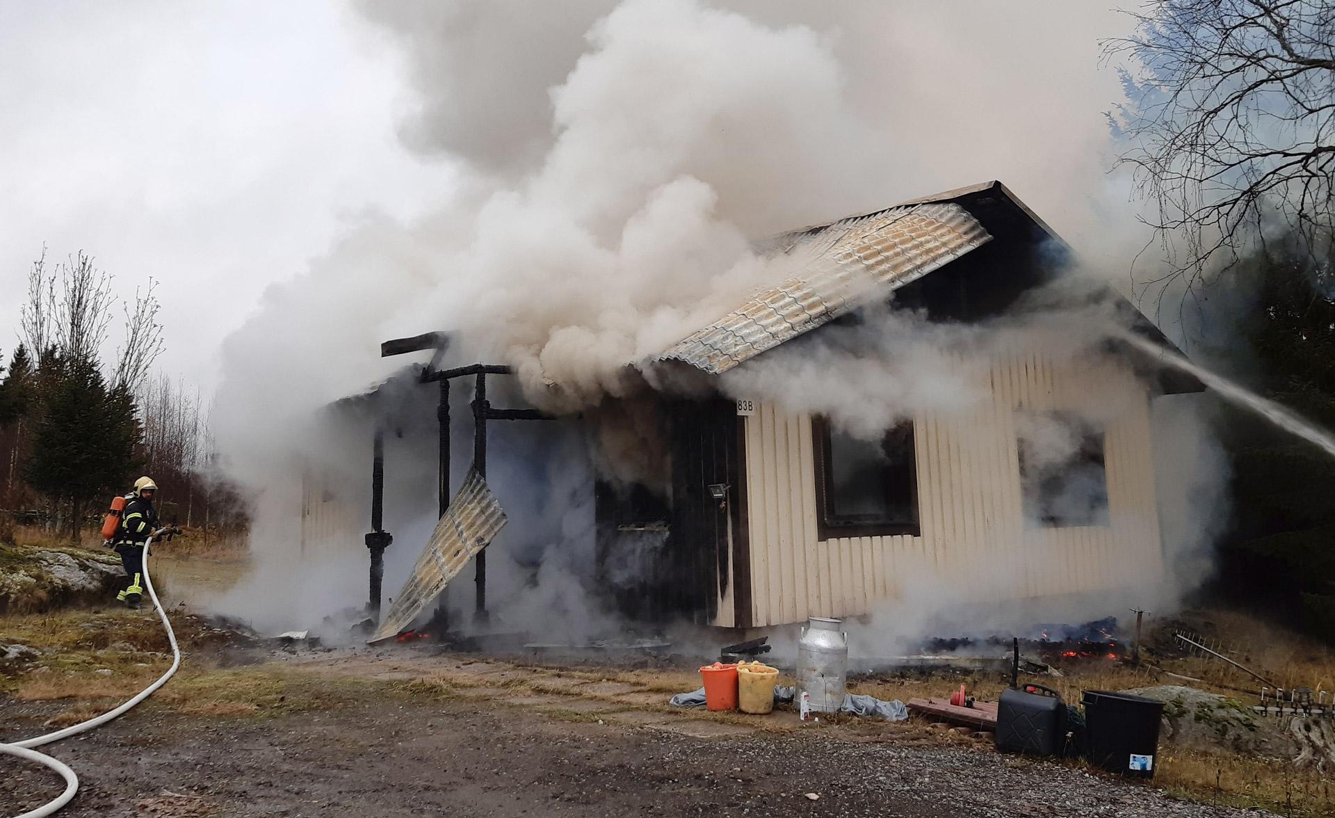 Surullinen esimerkki kylmäsavustuksesta kuistilla Nilsiästä 28. lokakuuta 2020. Rakennus paloi käyttökelvottomaksi. Kuva: Risto Taskinen.