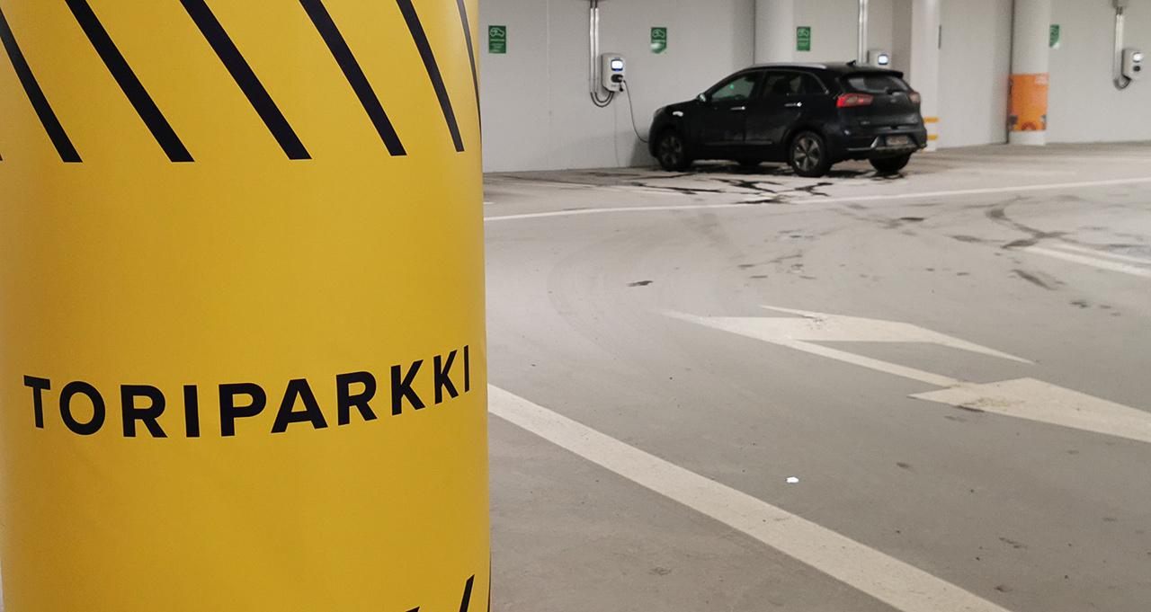Turun Toriparkin noin 620 pysäköintipaikkaa on mitoitettu väljästi. Sähkö- ja hybridiautojen latauspaikkoja on 20. Ajoreitit ovat yksisuuntaisia. Rakennuksessa on automaattinen sammutuslaitteisto.