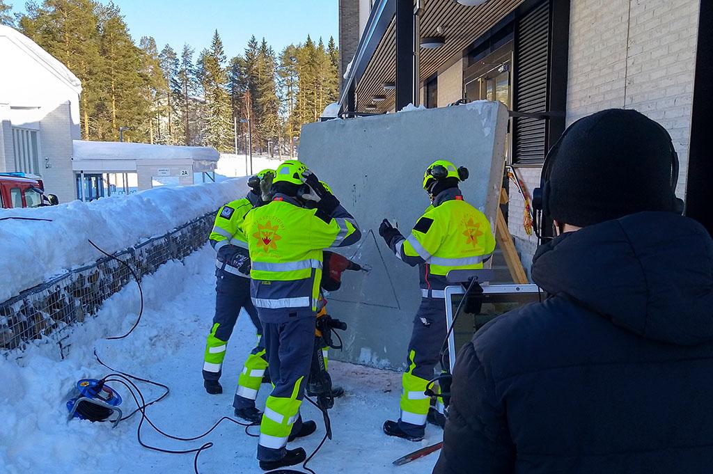 Pelastuslaitos aloittelee betonin läpäisyä harjoituksessaan.