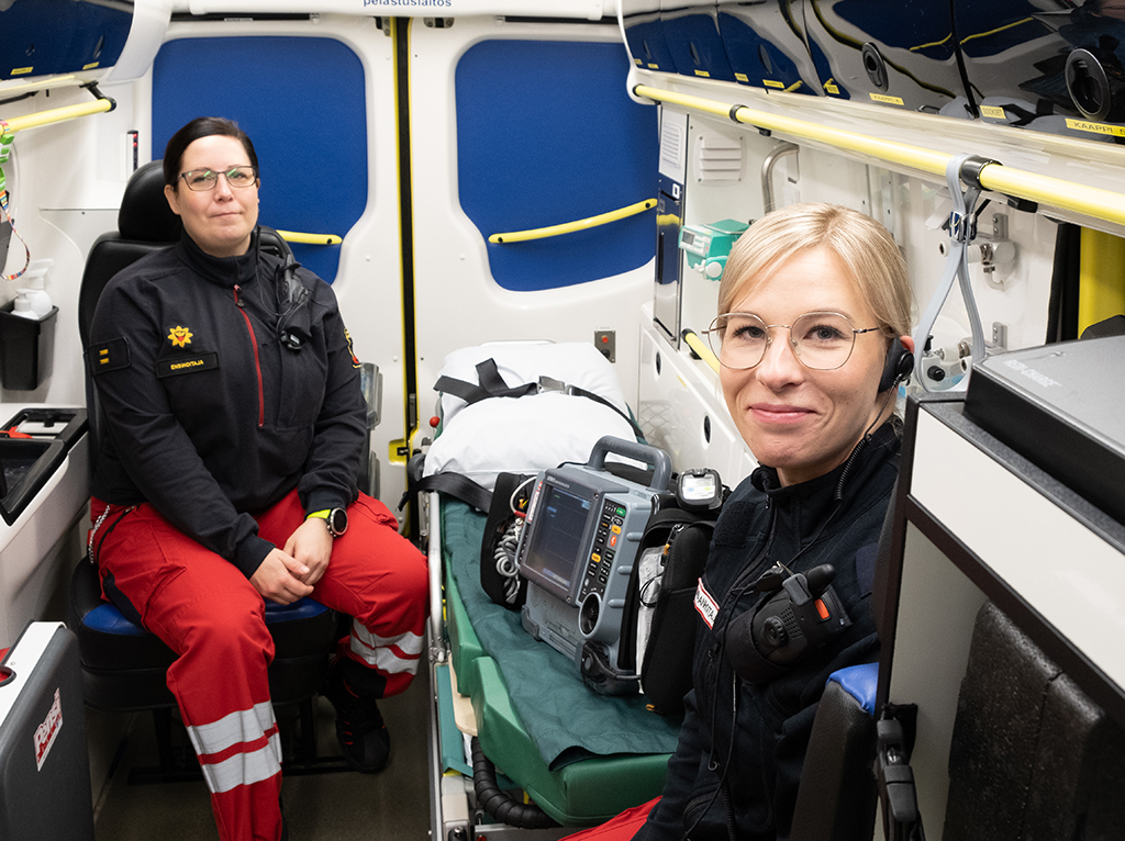 Ensihoitajat ambulanssin sisällä.