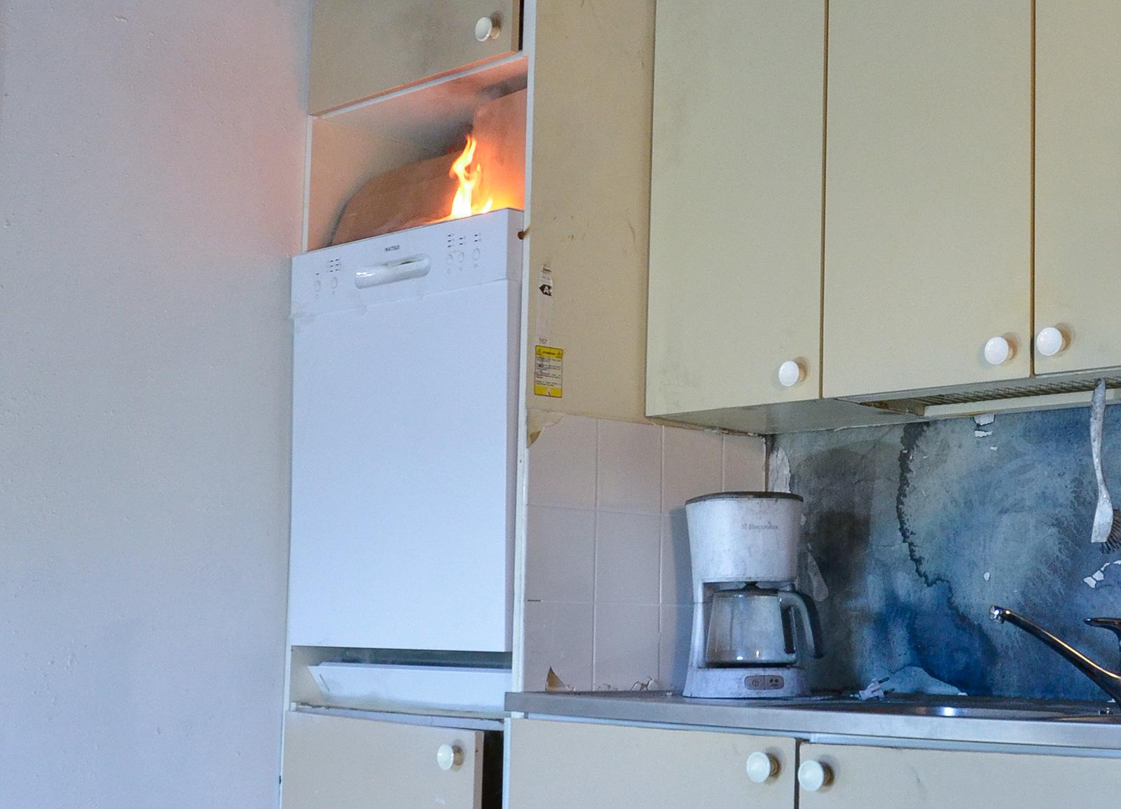 Pelastusopistolla on tutkittu tyypillisiä kodinkonepaloja. Kuva: Kimmo Kaisto.