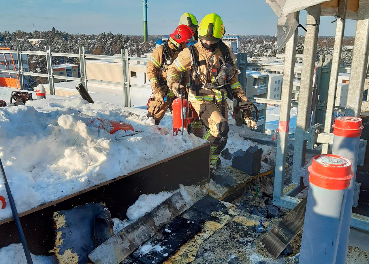 Tulitöistä alkanut kattopalo taltutettiin onnistuneesti alkusammutuksella, ja palomiehet täydensivät sammuttamista myös käsisammutuskalustolla.