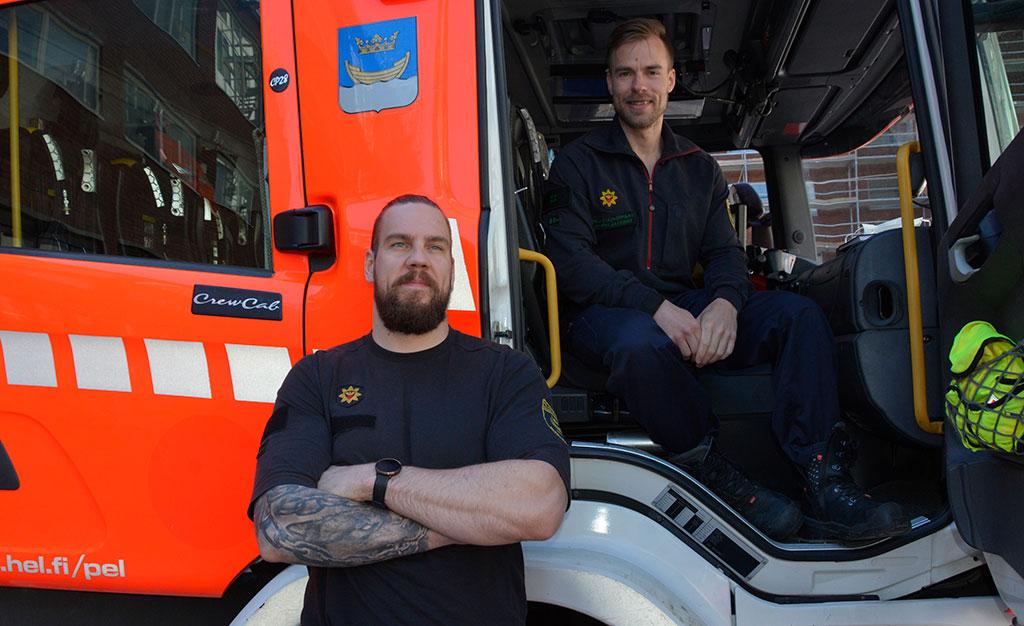 Helsingin Pelastuskoulun pelastajaoppilaat Rufus Saikku (edessä) ja Harri Jalonen kehuvat opinahjoaan erinomaiseksi.