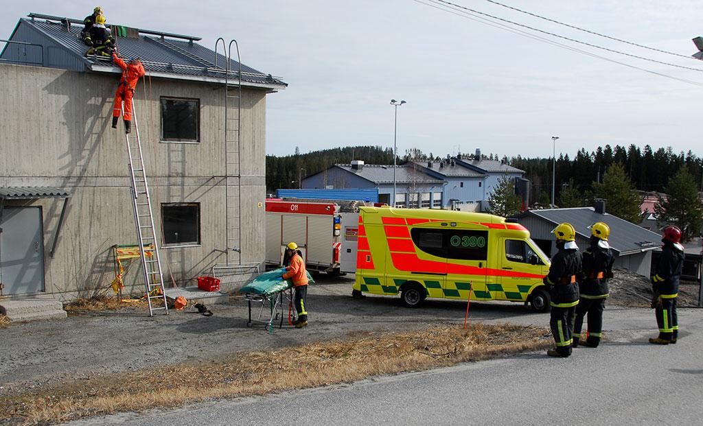 Tulevat pelastajat saavat käytännön koulutusta Pelastusopiston Korvaharjun harjoitusalueella.