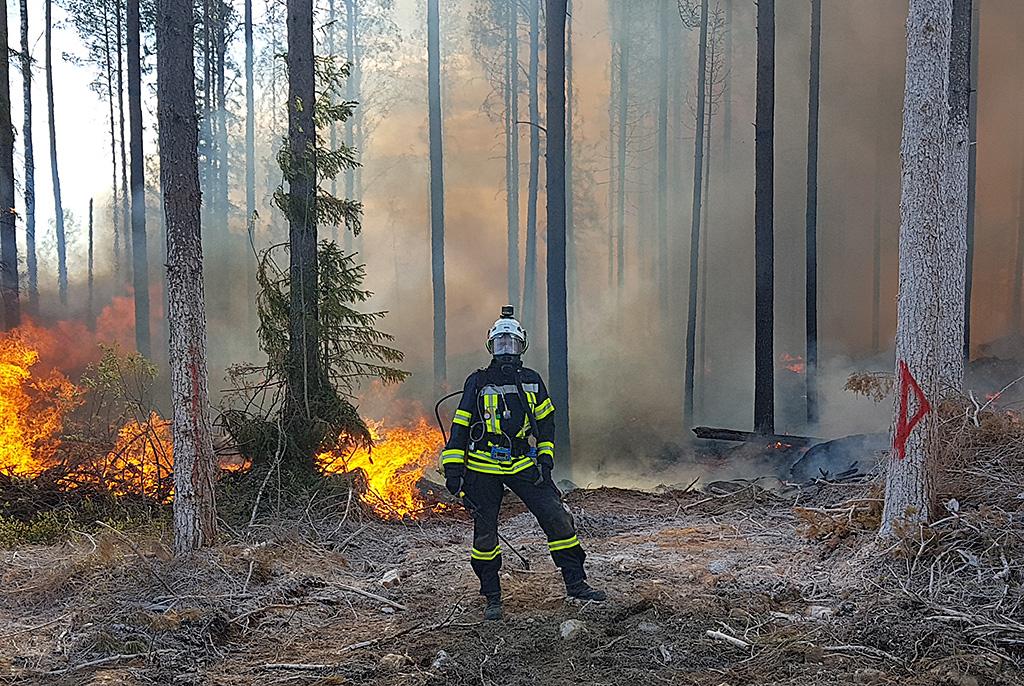 Koehenkilö seisoo rajoituslinjalla Pelastusopiston tutkimuksissa Pieksämäellä.