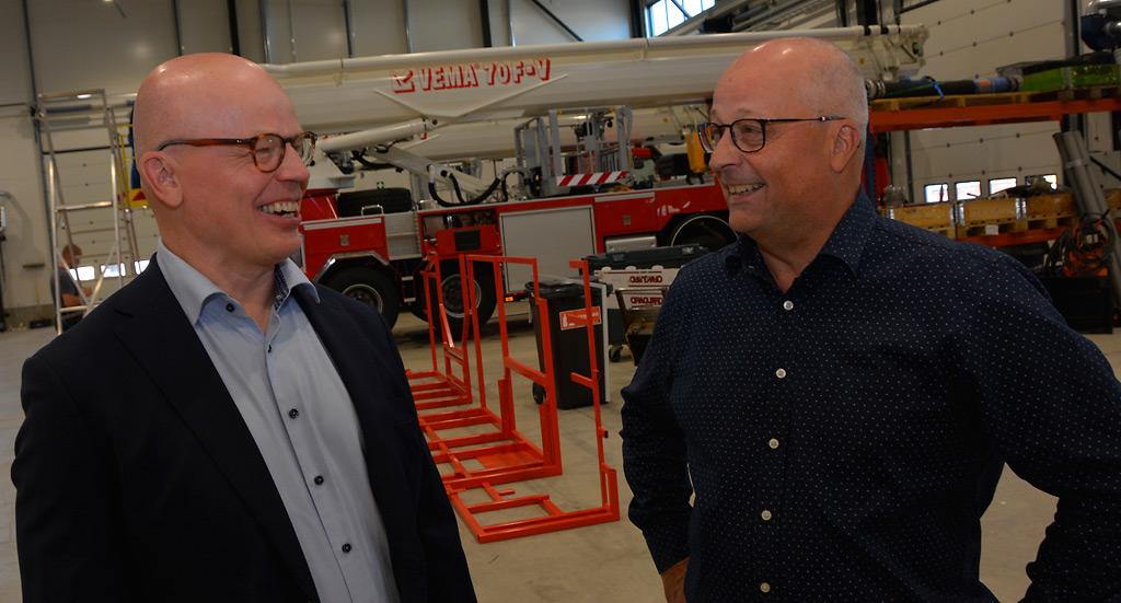 Nordic Rescue Groupin toimitusjohtaja Matti Huttunen (vas.) ja Vema Liftin myyntipäällikkö Timo Kangasniemi ovat tyytyväisiä syntyneeseen kauppaan ja toiminnan entisestään laajentumiseen.