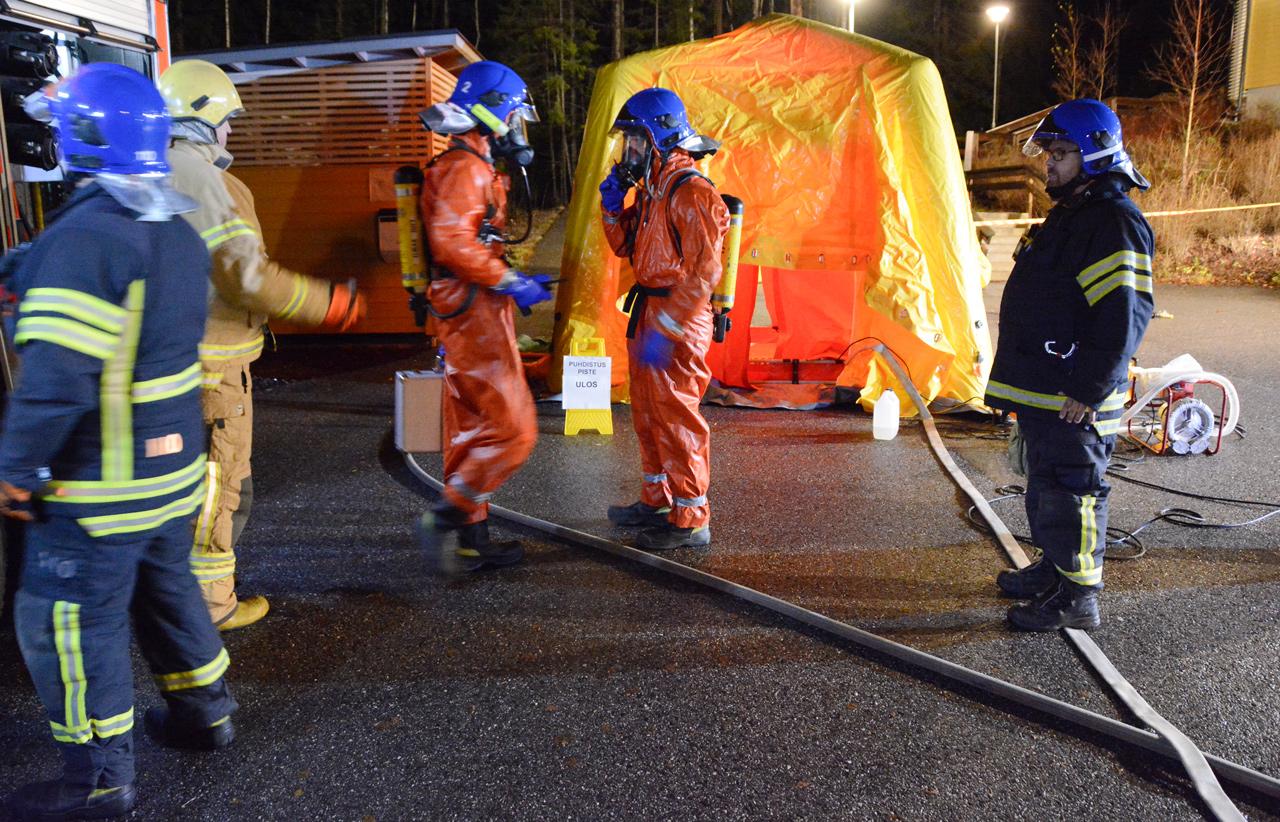 Myös Kauklahden VPK on mukana rekrytapahtumassa. Kuva viikkoharjoituksista syksyltä 2019. VPK perusti kemikaalionnettomuuden puhdistuspisteen, jonka suihkuun Bobäck FBK:n