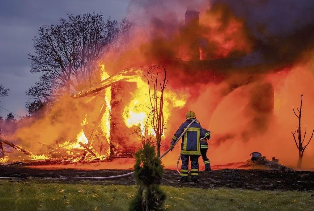 Wessöön sopimuspalokuntalaisia sammuttamassa tulipaloa.