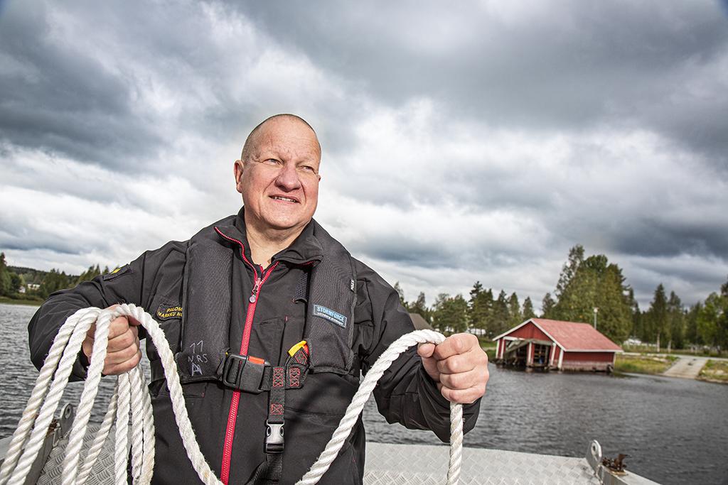 Palomestari Markku Holopainen koilaa köyttä.