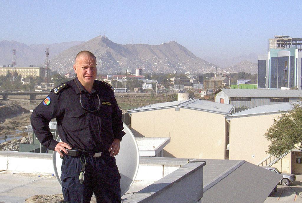 Markku Holopainen Kabulissa Suomen itsenäisyyspäivänä 2009 EUPOL-AFG:n päämajan katolla.